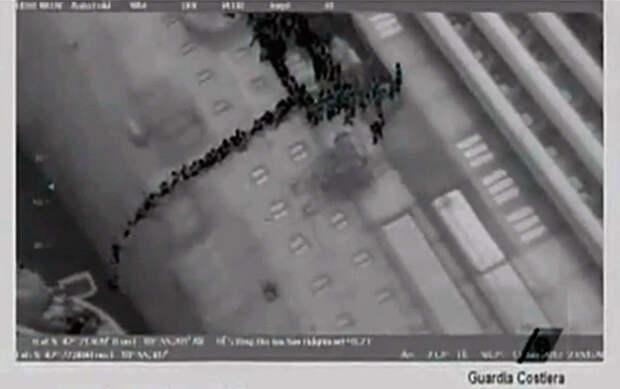 Стоп-кадр из видео, как пассажиры покидают тонущее судно