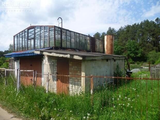 С теплицей на крыше гаража. Вот какие необычные домики строят наши дачники!