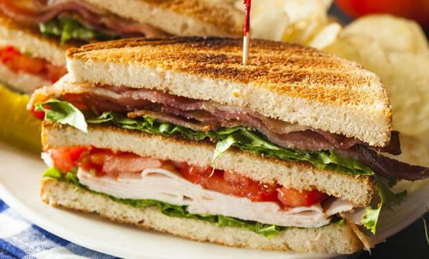 Нарезали булку и делаем сытные бутерброды: хватает на целый день