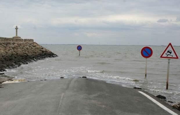 Дорога во Франции, которая исчезает под водой два раза в день.