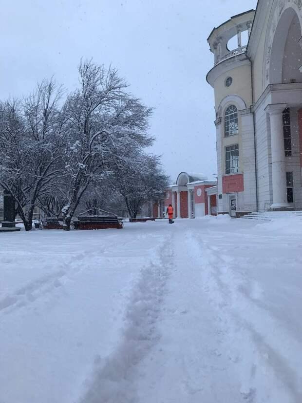 В Симферополе 225 дворников и 10 единиц техники расчищают улицы от снега