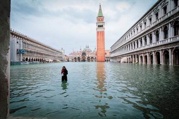 Фотограф гуляет по затопленным улицам Венеции, делая снимки трагической красоты города