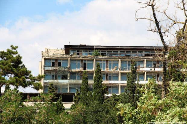 Печальная картина на набережной в Судаке (ФОТО)