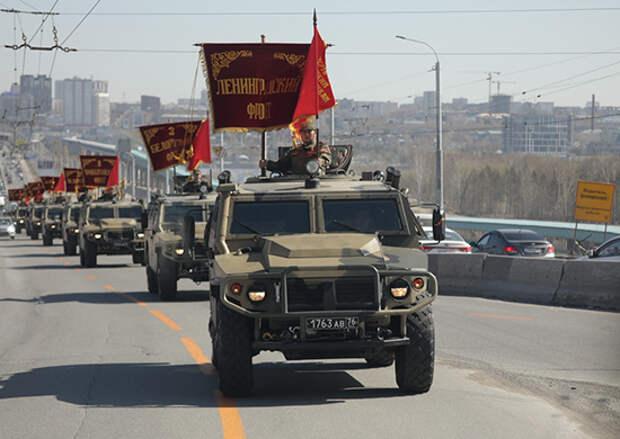 Военнослужащие ЦВО в Новосибирске устроили автопробег со штандартами фронтов Великой Отечественной войны