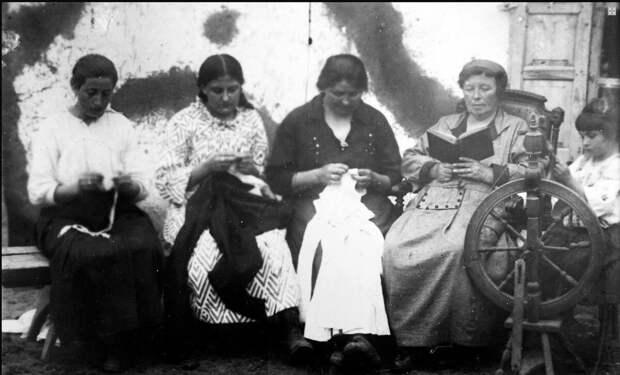 Женщины в немецком селе в начале 20-века. Фото взято из открытых источников