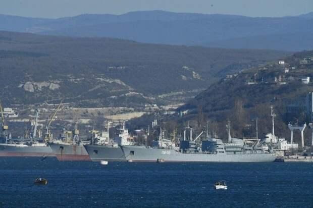 В военный корабль в Керчи врезался плавкран