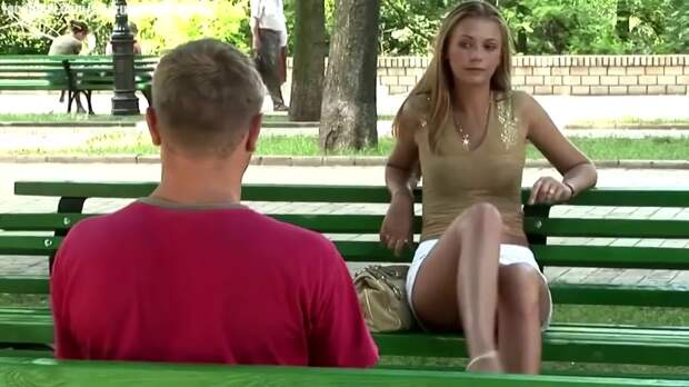 Девушка в парке проверяет «основной инстинкт». Вы только посмотрите на реакцию мужчин
