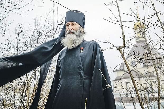 Для монаха Киприана Звезда Героя - теперь еще и повод для проповеди. Фото: Виктор ГУСЕЙНОВ