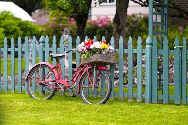 Оттенки синего, серого, зеленого цвета сделают забор менее броским и более практичным