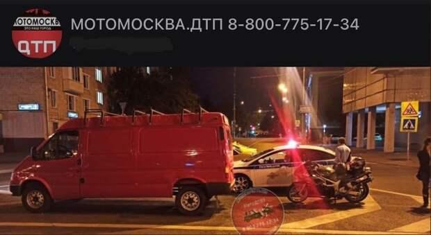 На Бутырской минивэн сбил мотоцикл