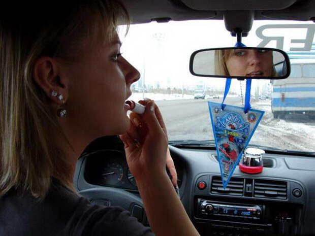 Непростые взаимоотношения девушек с автомобилями авто, девушки, прикол, юмор