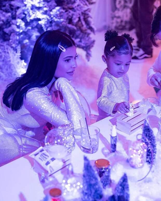 7 криповых фото со дня рождения дочки Кайли Дженнер