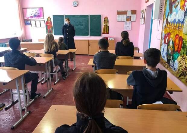 В рамках ОПМ «Твой выбор» инспекторы по делам несовершеннолетних проводят со школьниками профилактические беседы