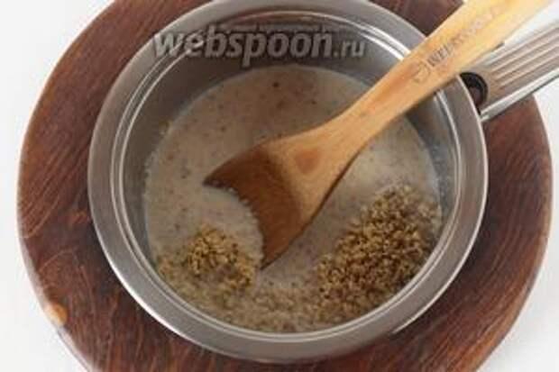 Соединить в сотейнике 200 мл молока и орехи. Довести до кипения и проварить на минимальном огне 3-4 минуты.