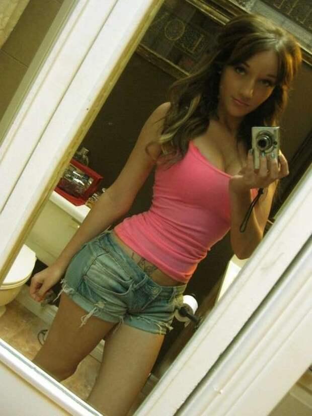 Симпатичные девушки в коротких шортах
