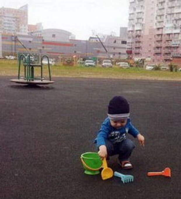 Ребенок на асфальте