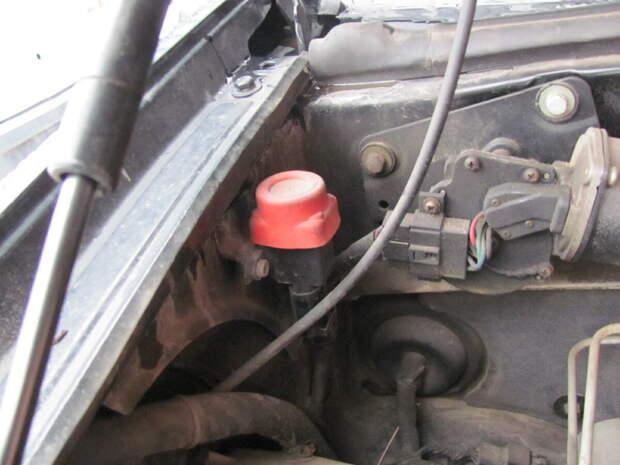 Для чего на многих автомобилях под капотом или в багажнике стоит «загадочная» красная кнопка и стоит ли ее нажимать?