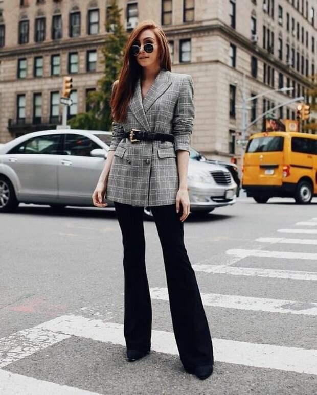Модные образы с брюками-клеш: как и с чем носить