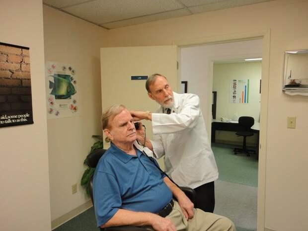 Ученые обнаружили, что потеря слуха и зрения влияет на развитие деменции