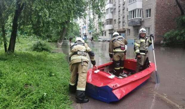 Из-за ливня затопило подъезд многоквартирного дома вРостове-на-Дону 2июня