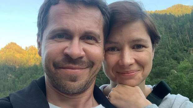«Первую дочь мы зачали на первом свидании»: Павел Деревянко о семье и отношениях с женой