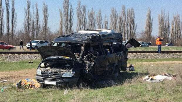 В Сети появилось видео с места столкновения электрички и микроавтобуса в Крыму (ВИДЕО)