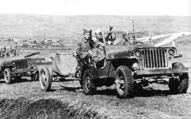 Виллисы буксируют 45-мм пушки. Закавказский фронт, сентябрь 1942 года