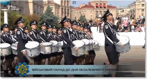 Парад в Киеве - хороши девахи... Скриншот из ролика.