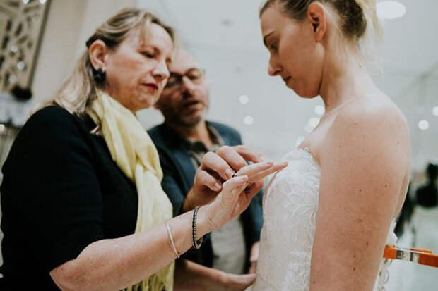 Папа подсказывает своей невидящей жене о том, где находится узорная вышивка на платье, надетом на их дочери. Фото: James Day.