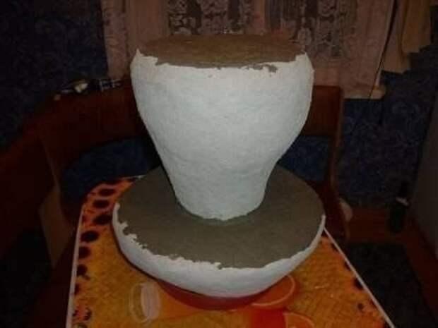 Нетривиальный декор участка — белый гриб из монтажной пены