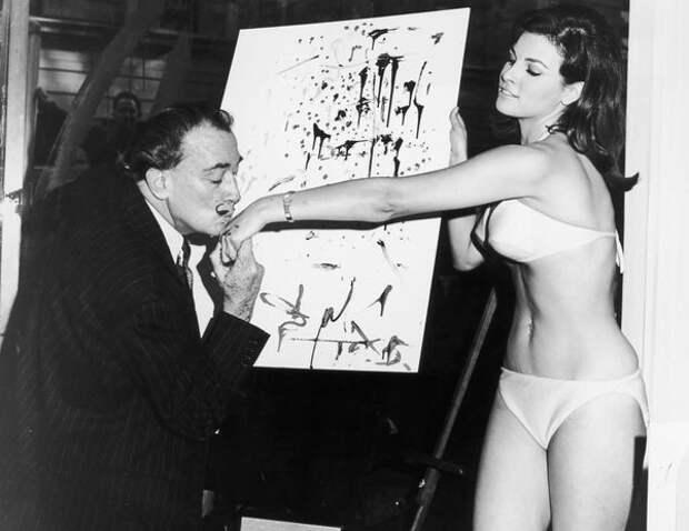Сальвадор Дали целуют Уэлч перед ее абстрактным портретом.