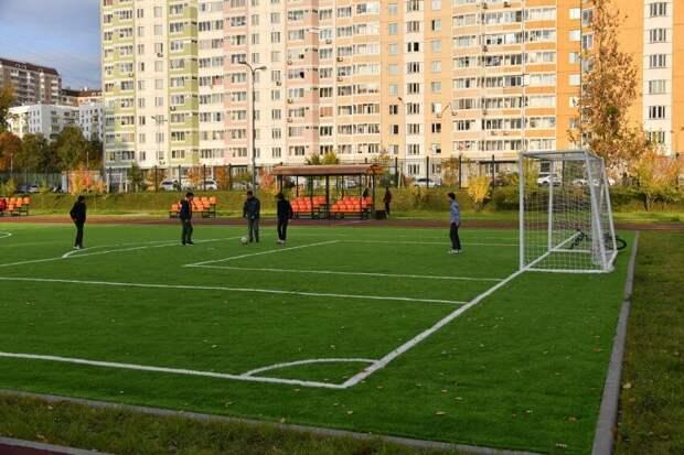 У школ на Дубнинской и Бескудниковском обновили стадионы