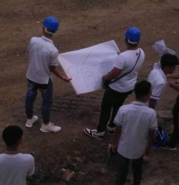 Строители с планом здания