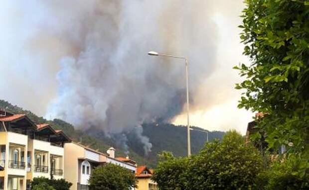 На фото: лесной пожар у города Манавгат в турецкой провинции Анталья