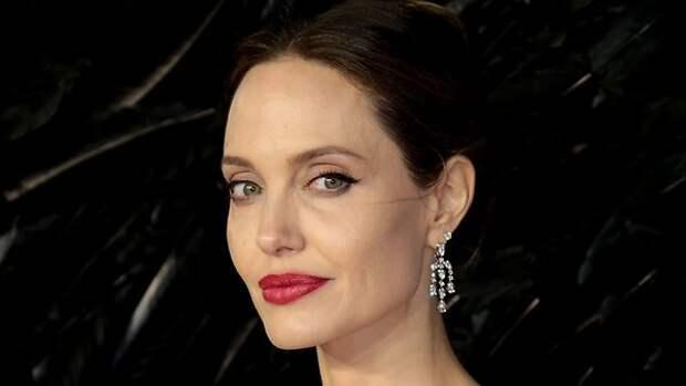 Что бы это значило? Джоли подкараулили входящей поздно вечером в дом экс-супруга