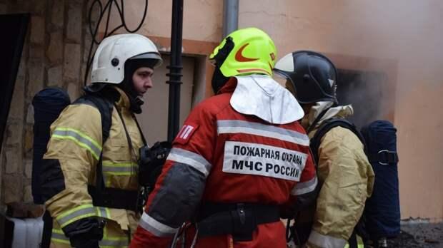 Пожарные вывели из горящего дома десять человек в Якутске