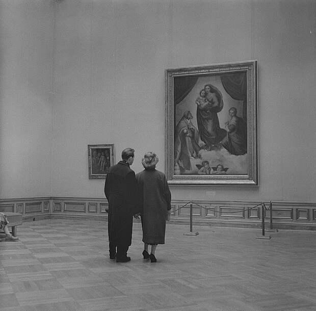 Сикстинская Мадонна в экспозиции галереи