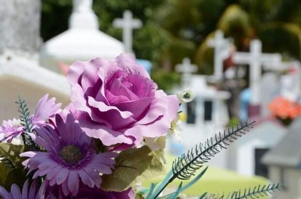 Священник рассказал, почему во время Пасхи ходят на кладбища