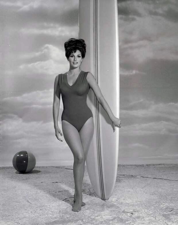 Рэкел Уэлч в 1964 г. - через пару лет она проснется знаменитой.
