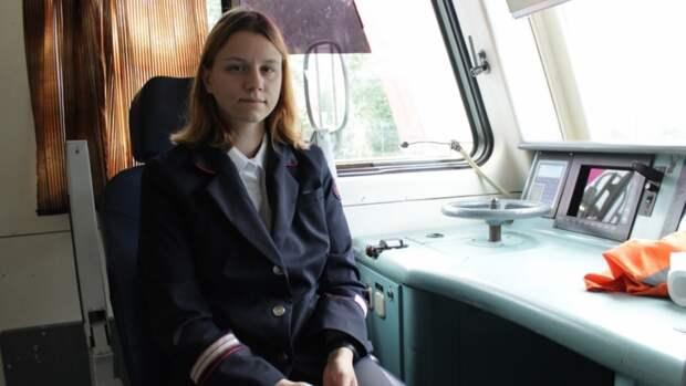 Мечтавшая работать в РЖД девушка из Петербурга стала помощником машиниста поезда