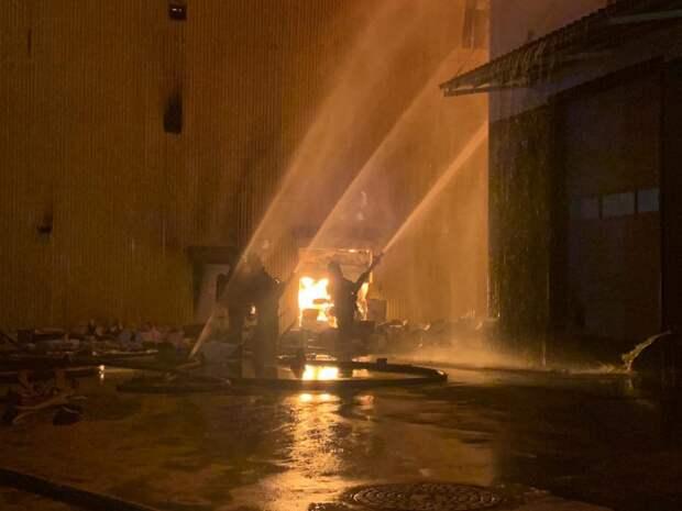 Тушить склад в Марьине помогали пожарные вертолеты