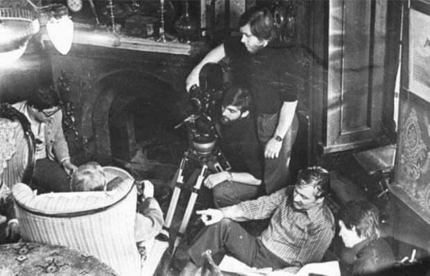 Оператор А. Лапшов, ассистент оператора и И. Масленников в *квартире Холмса*, 1980   Фото: kino-teatr.ru