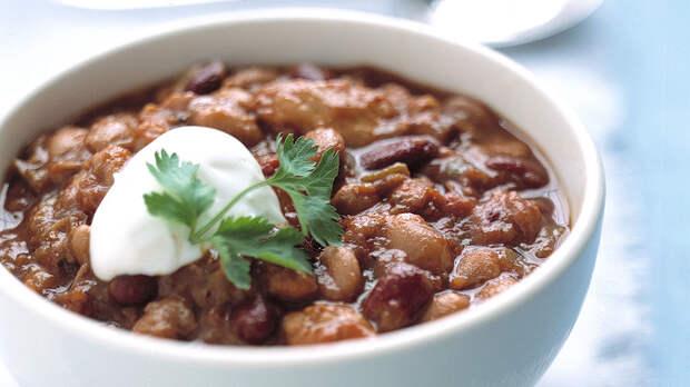Вкусное диетическое блюдо: фасоль с куриной грудкой в томатном соусе