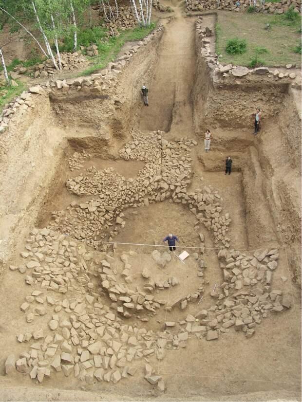 Могильная яма с каменными перекрытиями, Ноин-Ула