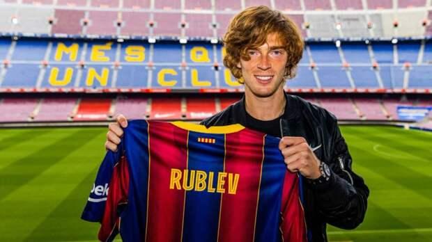 Теннисист Рублев побывал на стадионе «Барселоны» и получил в подарок от клуба футболку