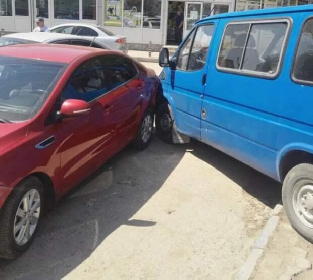Необычное ДТП в Крыму: «Ford» без водителя столкнулся с двумя автомобилями (ФОТО)