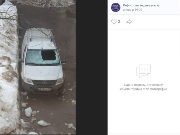 На Авиамоторной упавший с крыши снег серьезно повредил легковушку