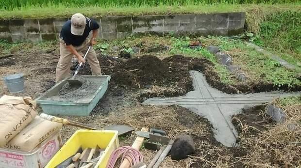 Дедушка и бабушка из Японии построили для внучки остановку в виде Тоторо