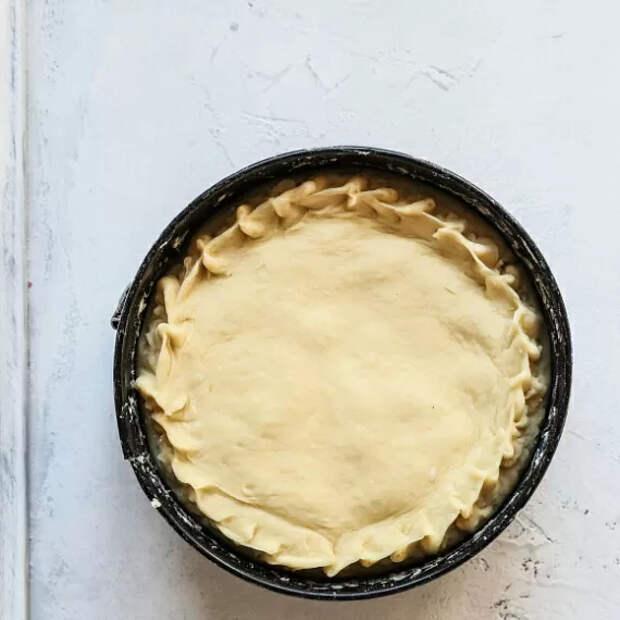 Вторую часть теста тоже раскатываем. Должно получиться немного тоньше, чем основание пирога, но по размерам такое же. Накрываем начинку, аккуратно соединяем края между собой.