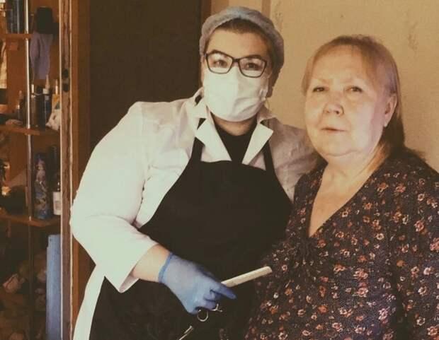 Парикмахер из Западного Дегунина бесплатно делает стрижки пожилым людям